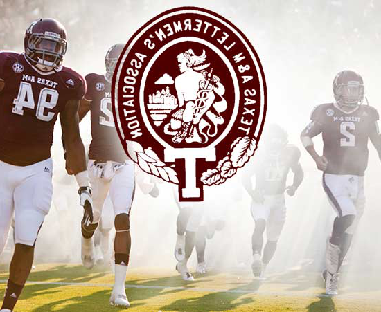 Aggie football players flanking Texas A&M Letterman's 协会 logo
